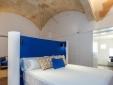 Habitación moderna con techo alto en Divina Suites Hotel Boutique