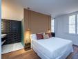 Bonita habitación con baño abierto en Divina Suites Hotel Boutique